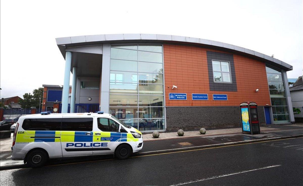 Comisaría donde ha sido abatido un policía en Croydon, en el sur de Londres.