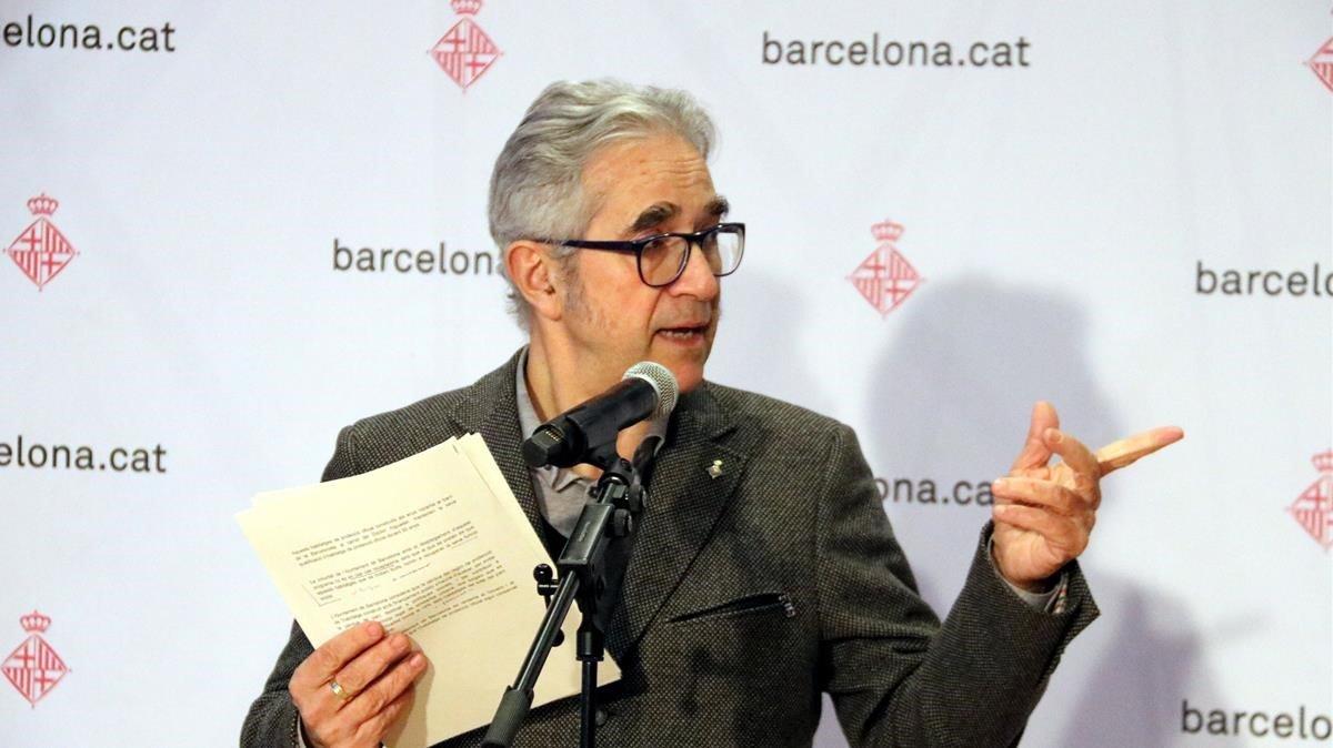 El concejal de vivienda de Barcelona, Josep Maria Montaner, anunciando los resultados de las inspecciones a pisos de protección oficial.