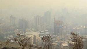Vista de Teherán cubierta por la capa de polución.