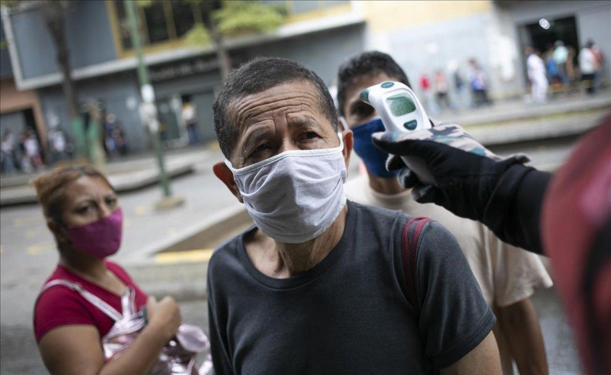 Controles de temperatura en los accesos al mercado de Catia en Caracas (Venezuela).