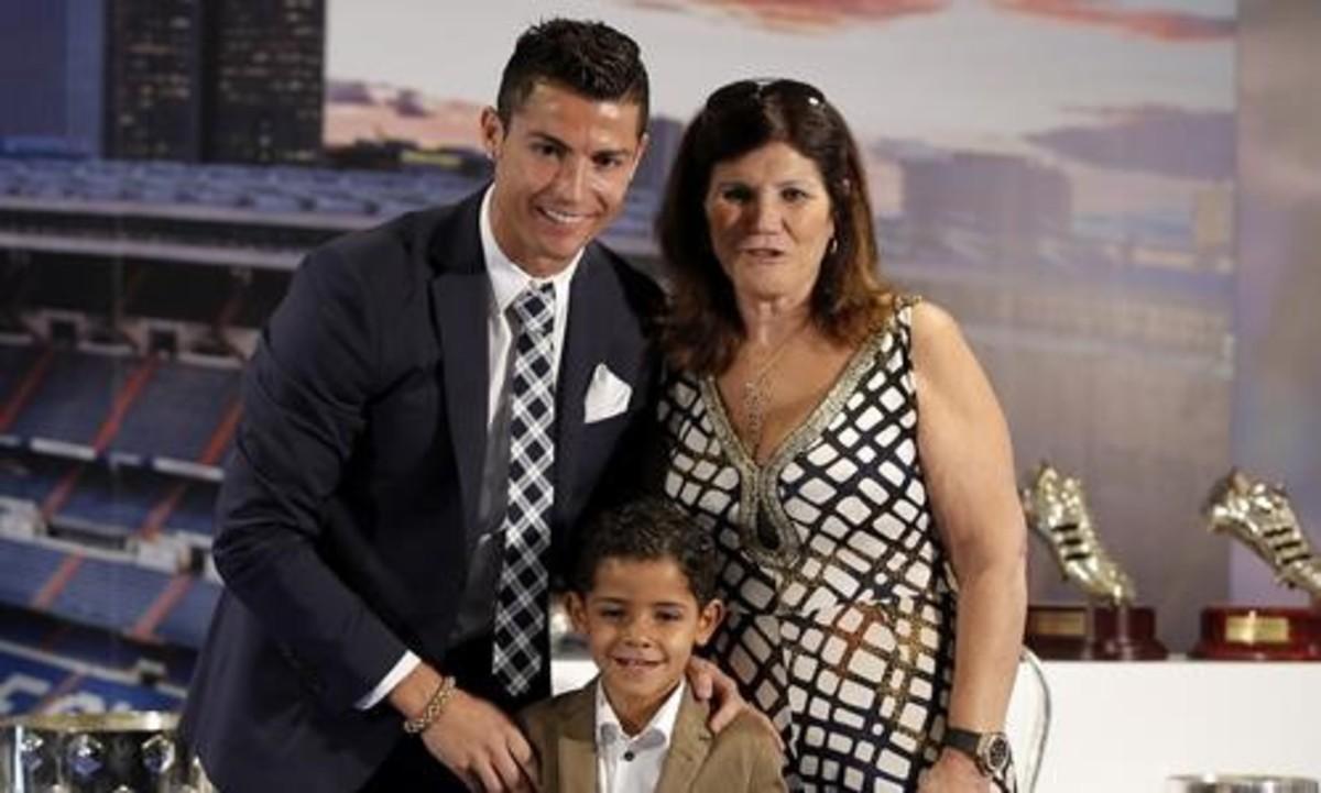 Cristiano, junto a su madre y su hijo, en un reciente acto de homenaje del Madrid