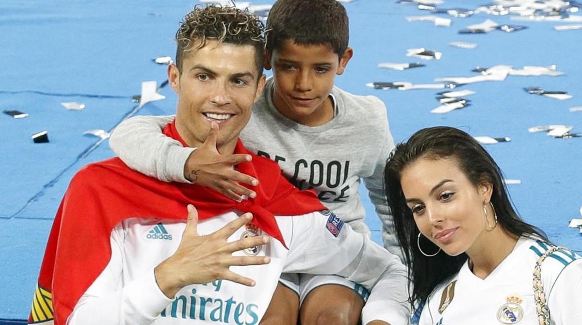 Cristiano Ronaldo, su hijo Júnior y su compañera Georgina Rodríguez celebran la conquista de la Champions.