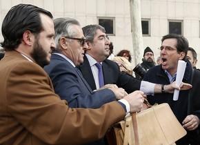 Crits contra Blesa abans de declarar a l'Audiència Nacional, el 24 de gener.