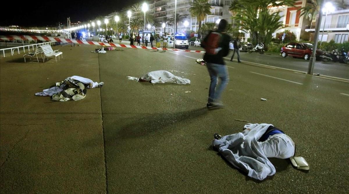 Cuerpos en el suelo después del atropello masivo en Niza, este viernes.