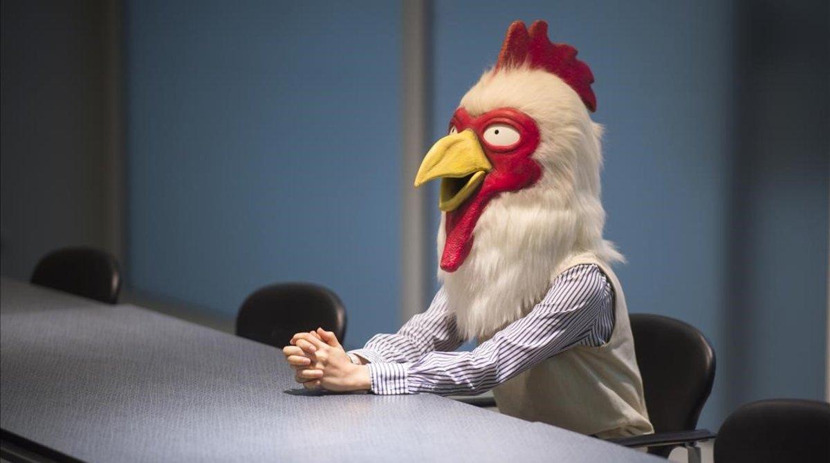 La dibujante Paru Itagaki, con su máscara de gallina, en el Salón del Manga de Barcelona.