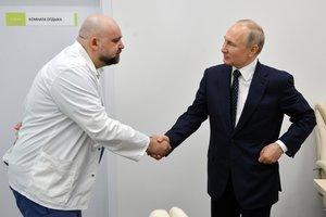 El director del hospital para coronavirus de Moscú, Denis Protsenko, saluda al presidente ruso, Vladímir Putin, la semana pasada. Poco después ha dado positivo de covid-19.