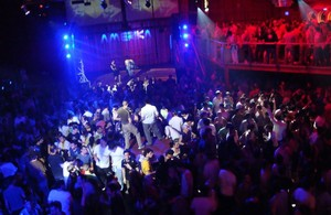 Euforia colectiva en la pista de una discoteca.
