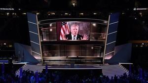 Donald Trump habla en pantalla en el segundo día de la Convención Republicana, en Cleveland, el 19 de julio.