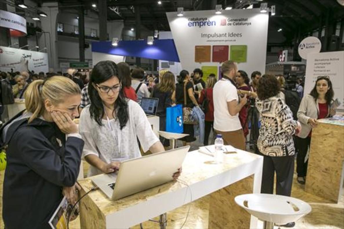 Dos jóvenes emprendedoras, en el salón Bizbarcelona, ayer.