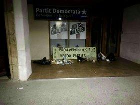 Els CDR deixen escombraries i excrements davant seus del PDECat i ERC