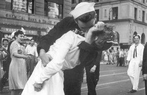 George Mendonsa besa a Greta Friedman en Times Square, el 14 de agosto de 1945.