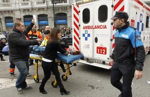 Efectivos de los servicios médicos atienden a uno de los 7 heridos en el atropello múltiple en el centro de Oviedo, este miércoles.