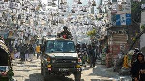 El ejército de Bangladés patrulla por una calle llena de propaganda electoral.