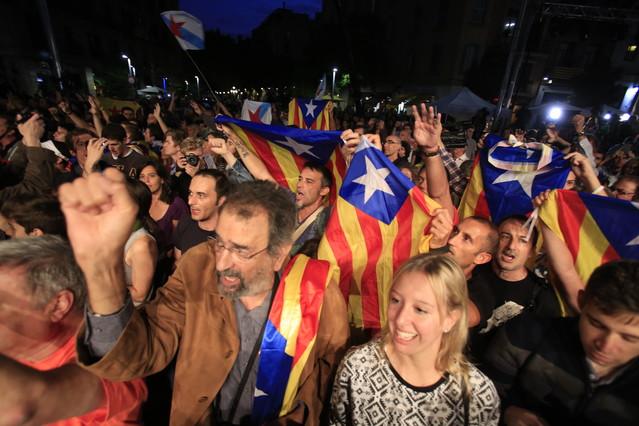 ELECCIONS CATALANES. Eufòria dels seguidors de Junts pel Sí al saber-se els sondejos a peu d'urna, aquesta nit a Barcelona.