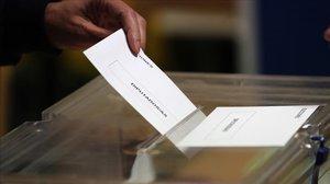 Un elector introduce su voto en un colegio electoral, el pasado 28 de abril.