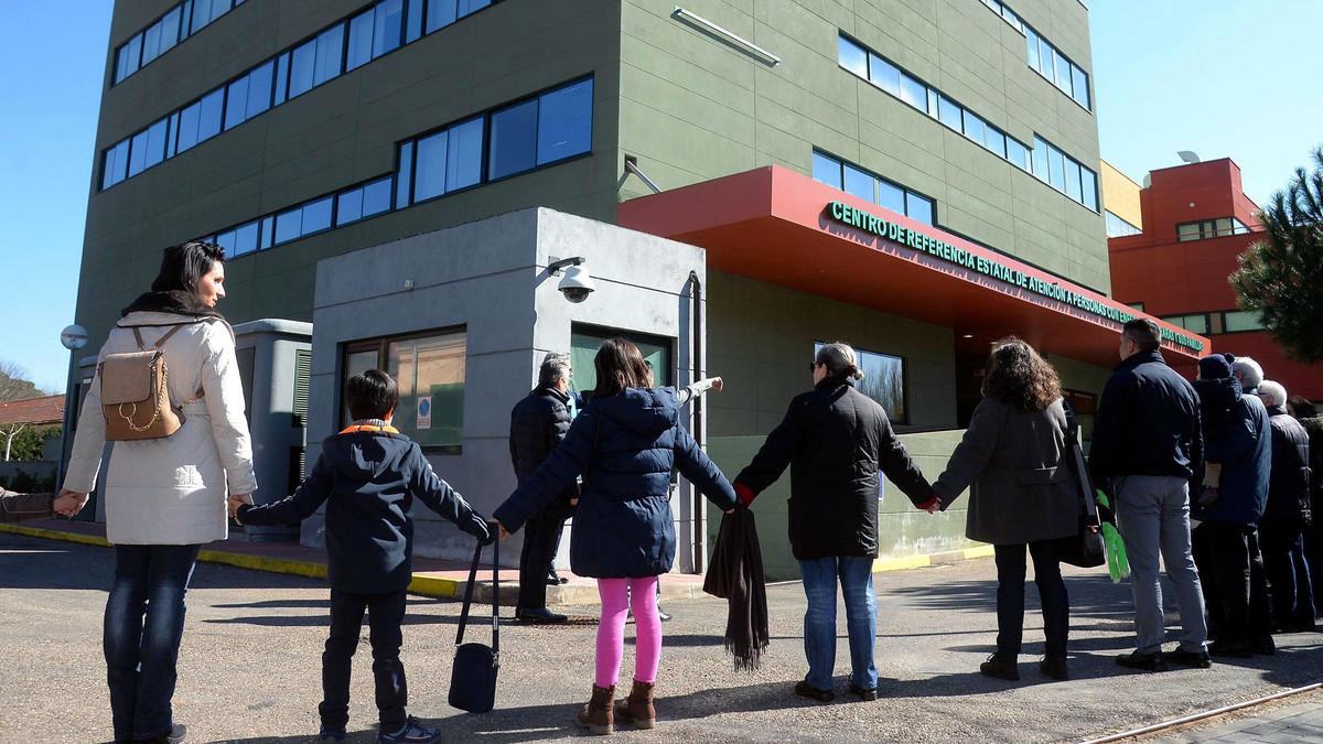 Afectados de enfermedades raras y familiares se concentran ante el centro nacional de estas patologías, en Burgos.