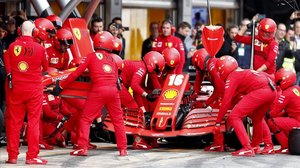 El equipo Ferrari practica en el circuito de Montmeló.