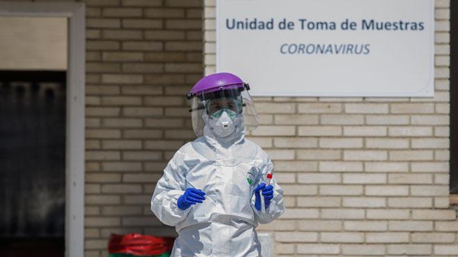 España alcanza una nueva marca en muertes diarias por coronavirus pero estabiliza los nuevos casos, como explica Fernando Simón. En la foto, recogida de muestras en el Hospital Militar de Sevilla.