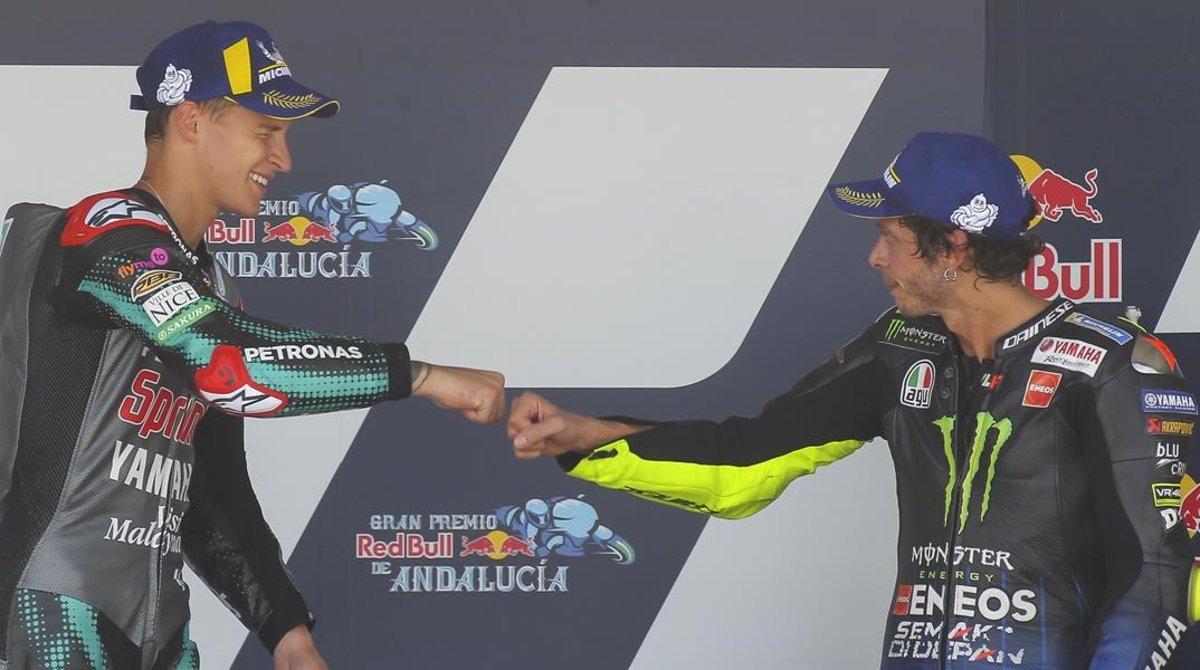 Fabio Quartararo (21 años) es felicitado hoy por Valentino Rossi (41), en el podio de Jerez.