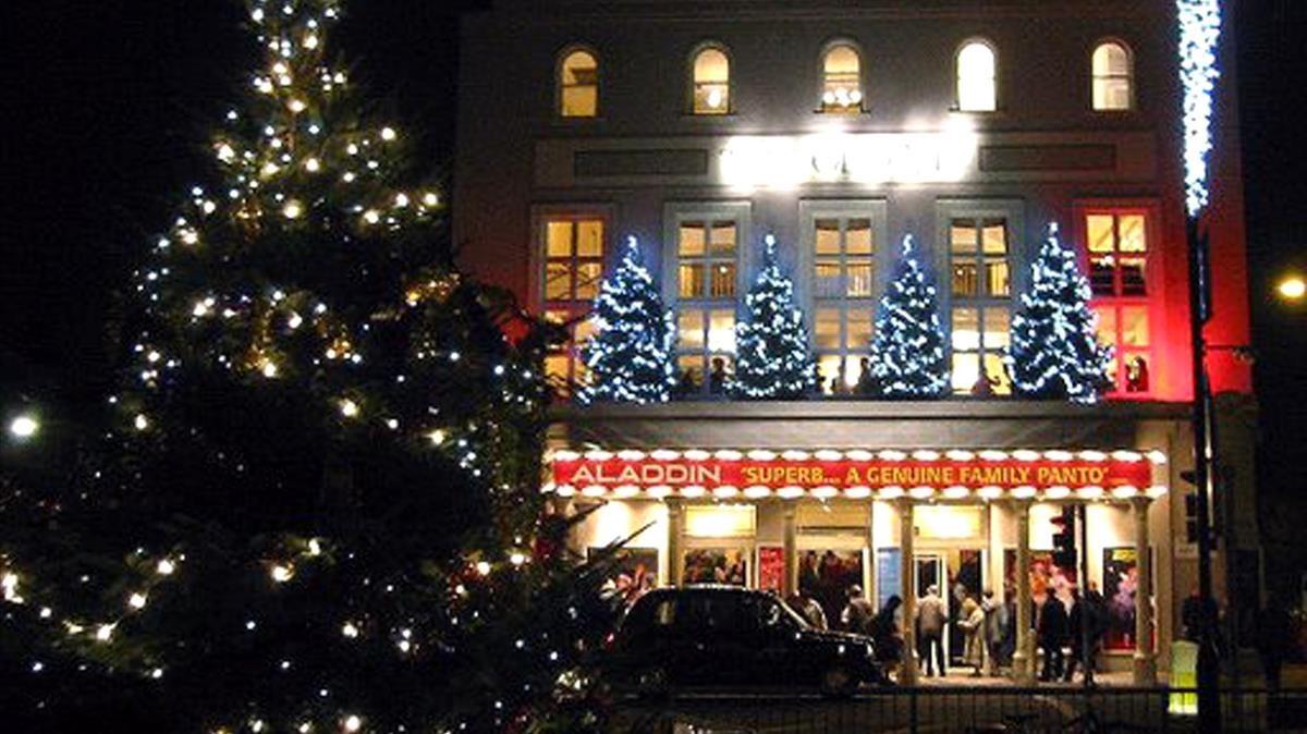 Fachada navideña del teatro Old Vic de Londres