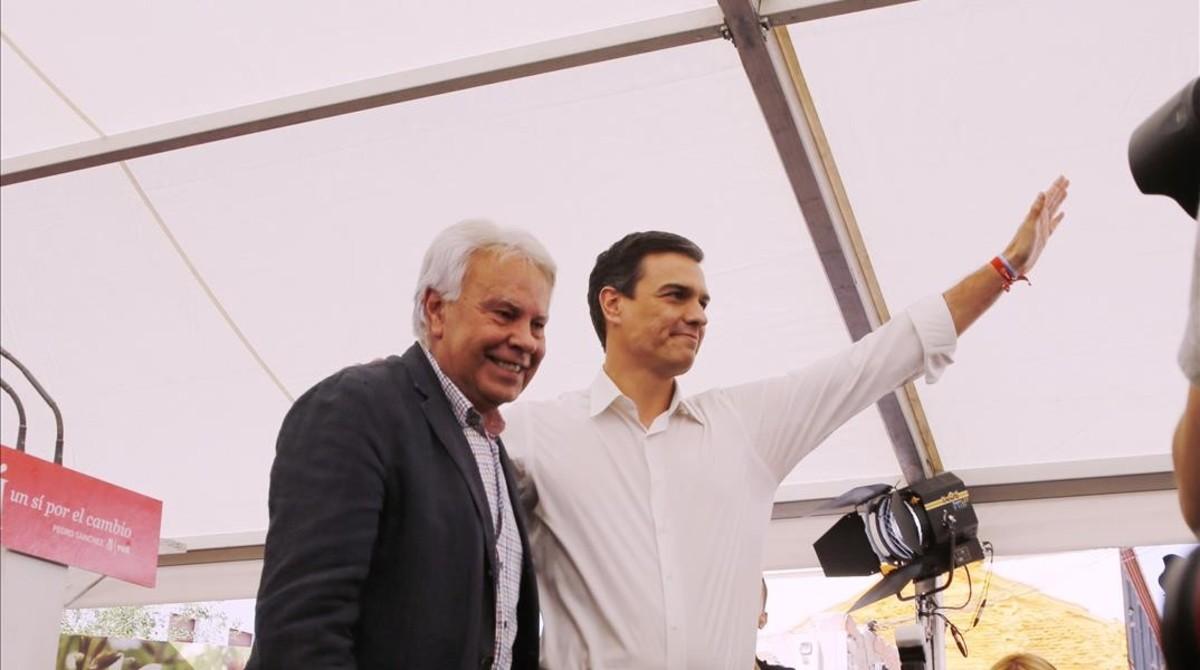 Felipe González y Pedro Sánchez, durante un mitin en Madrid el pasado 24 de junio.