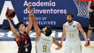 Felipe Reyes trata de evitar el lanzamiento de Jaime Pradilla ante Sergio Llull.