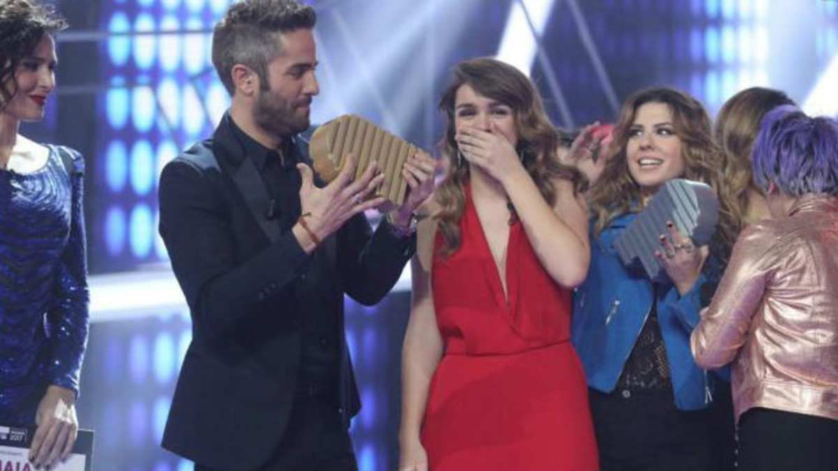 Amaia, emocionada, recibe el trofeo de ganadora de OT.