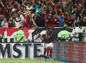 Bruno Henrique celebra uno de los dos goles que anotó al Inter.