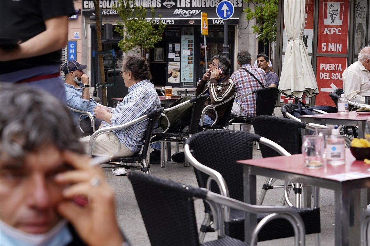 Gente fumando en terrazas al aire libre.