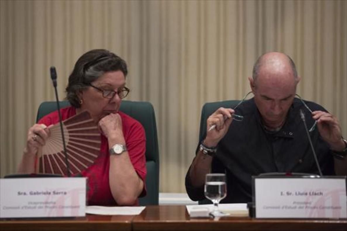 Gabriela Serra (CUP) y Lluís Llach (JxSí), en la comisión de estudio del proceso constituyente, el 18 de julio.