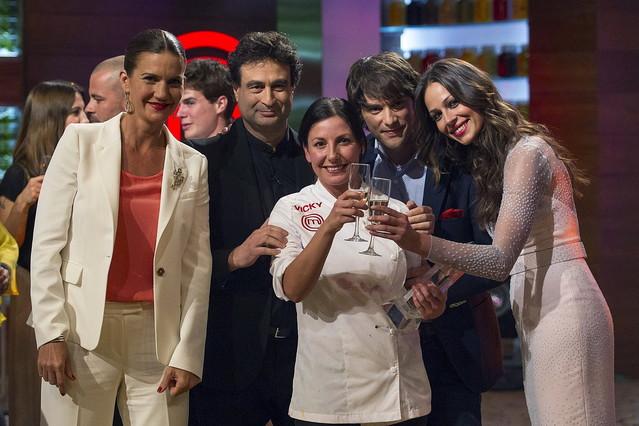 La ganadora de Masterchef, la mallorquina Vicky Pulgarín, conlos miembros del jurado, Jordi Cruz, Pepe Martínez Reyy Samantha Vallejo-Nájera y la presentadora Eva González.
