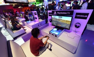 Un grup de persones juguen a videojocs en pantalles de TV de Playstation, el juny passat, a los Angeles.