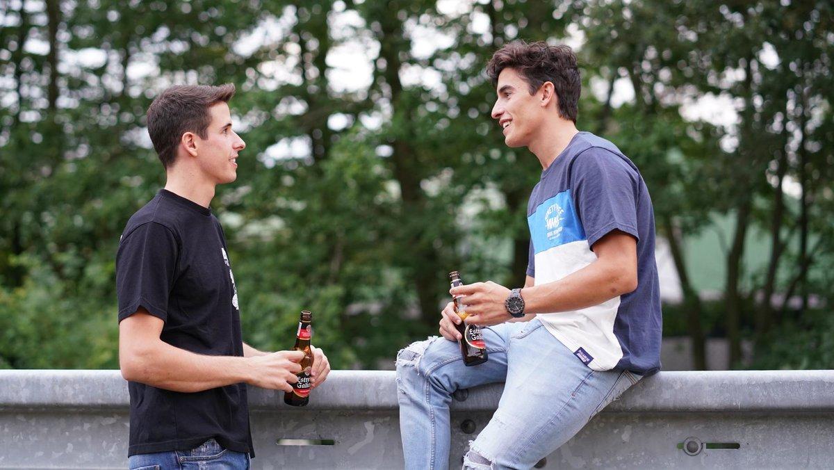 Los hermanos Marc y Àlex Márquez hablan entre ellos.