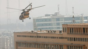 Soldados afganos toman posiciones en la azotea del hospital Sardar Daud Khan de Kabul.