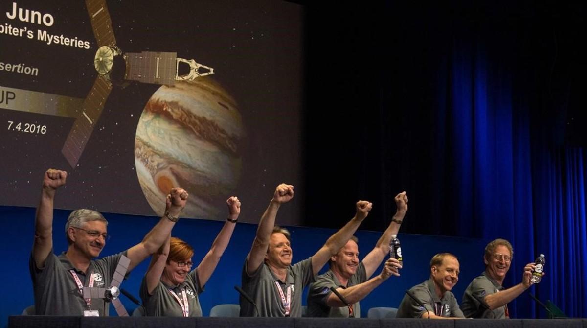 Celebración en el centro de control de la misión Juno, en el JPL-NASA de Pasadena (California), tras llegar a la órbita de Júpiter el pasado julio. Fue uno de los últimos grandes éxitos de la agencia espacial de Estados Unidos.