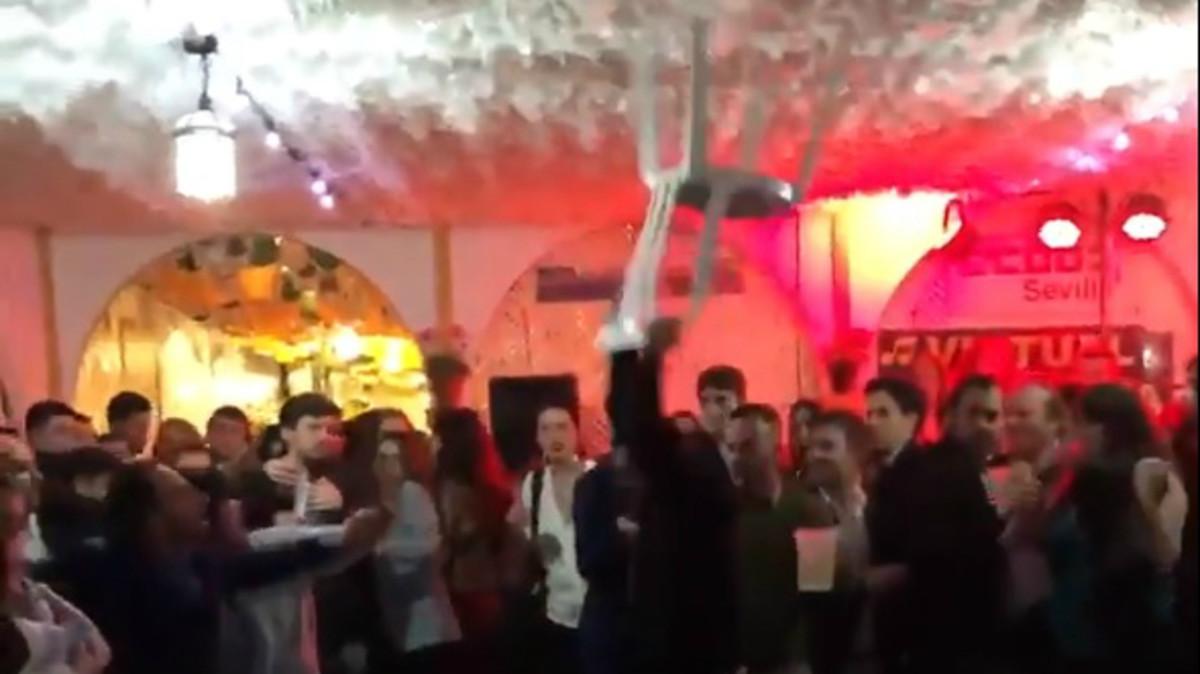 Imagen de la pelea en la caseta de CCOO en la Feria de Abril de Sevilla.