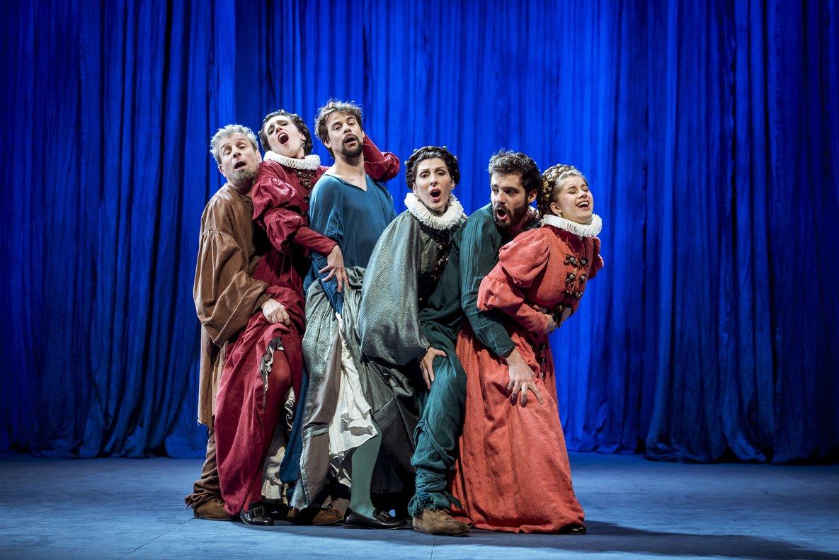 Jordi Rico, Laura Aubert, Ferran Vilajosana, Marta Pérez, Javier Beltrán y Elisabet Casanovas, en una alocada escena de La tendresa.