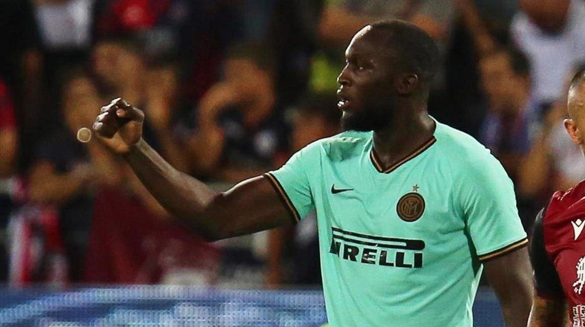 El interista Romelo Lukaku se queja al árbitro de los insultos racista que recibió en Cagliari este fin de semana.
