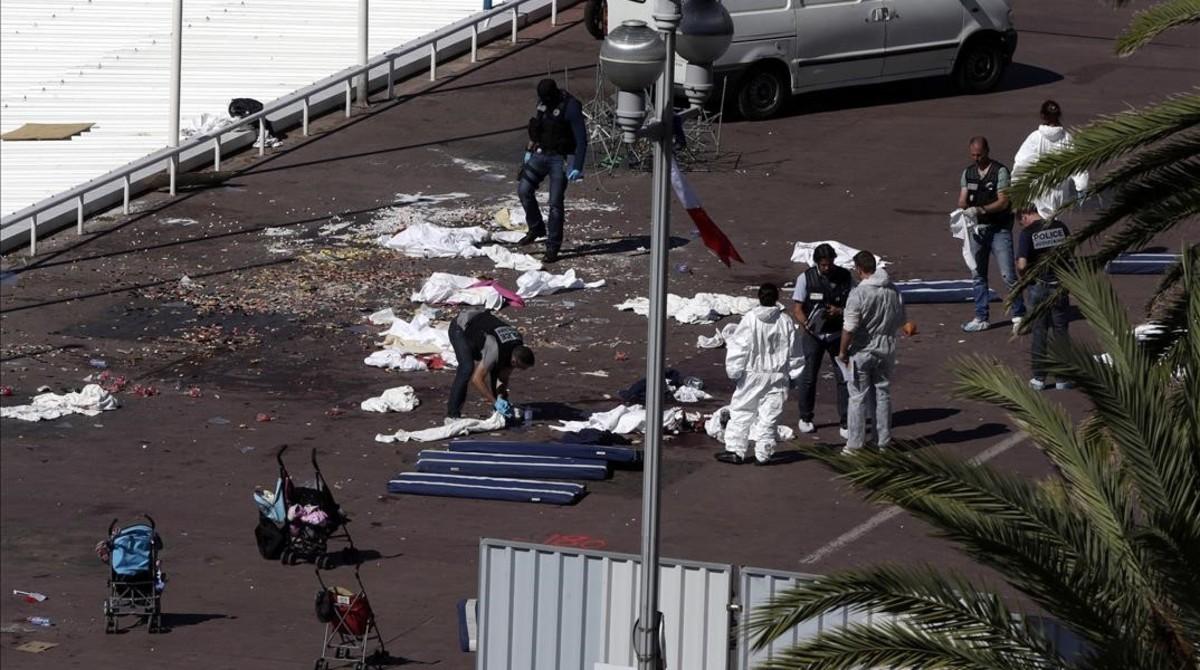 Investigadores de la policía examinan los restos de algunos de los fallecidos en el Paseo de los Ingleses, en Niza, este viernes.