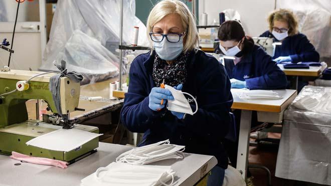 Italia llega al pico de contagios pero la vuelta a la normalidad será lenta. En la foto, una trabajadora de un taller de mascarillas cerca de Roma.