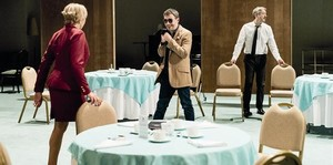 Anna Azcona, Julio Manrique y Xavi Ricart, en una escena de Don Joan, de la Sala Petita del TNC.