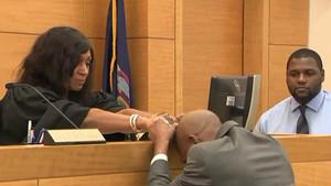 John Bunn llora agarrado a la jueza Simpson, tras ser absuelto por esta de un delito que no cometió.
