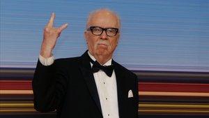 John Carpenter posa antes de recibir el premio Carroza de Oro enCannes.