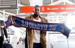 El jugador sauditaFahad al-Muwallad aquesta tardaa l'arribar a l'estacióde l'AVE de València perincorporar-se al LlevantUD fins a final de temporada.