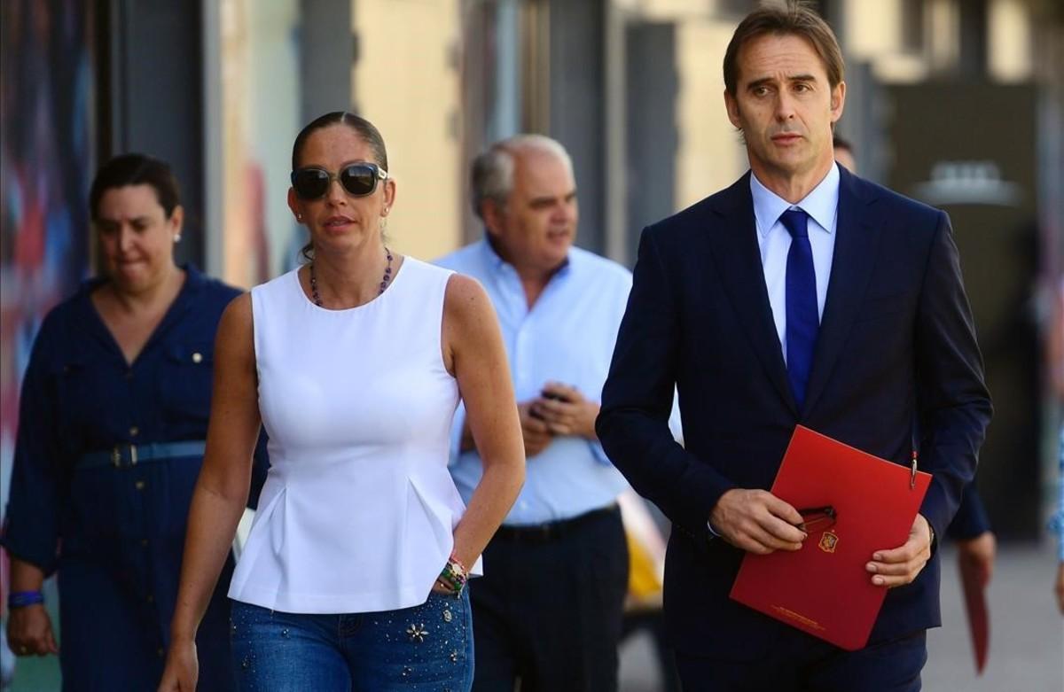 Julen Lopetegui, acompañado por la directora de la selección, María José Claramunt, se dirige hacia la sala de prensa para facilitar su primera lista.