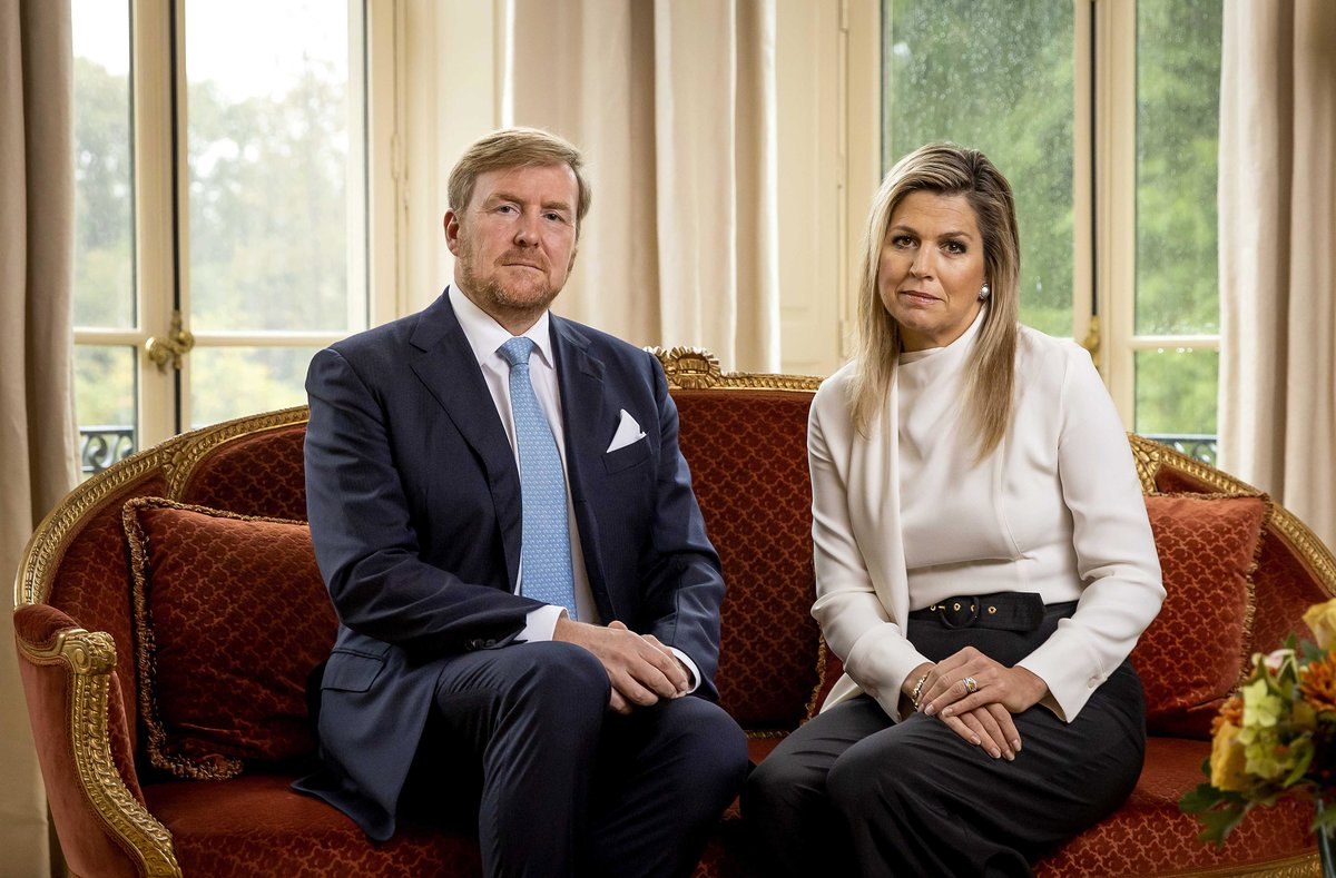 The Hague (Netherlands), 21/10/2020.- Dutch King Willem-Alexander (L) and Queen Maxima look on during the recording of a personal video message in which the king discusses the cancellation of their holiday to Greece, in The Hague, The Netherlands, 21 October 2020. The couple decided a few hours after arrival to end the vacation after the commotion that had arisen over it. It was called unwise by many that the king was going on vacation to Greece, while the population is being called upon to stay at home as much as possible because of the containment of the coronavirus pandemic. (Lanzamiento de disco, Grecia, Países Bajos; Holanda, La Haya) EFE/EPA/Koen van Weel / POOL