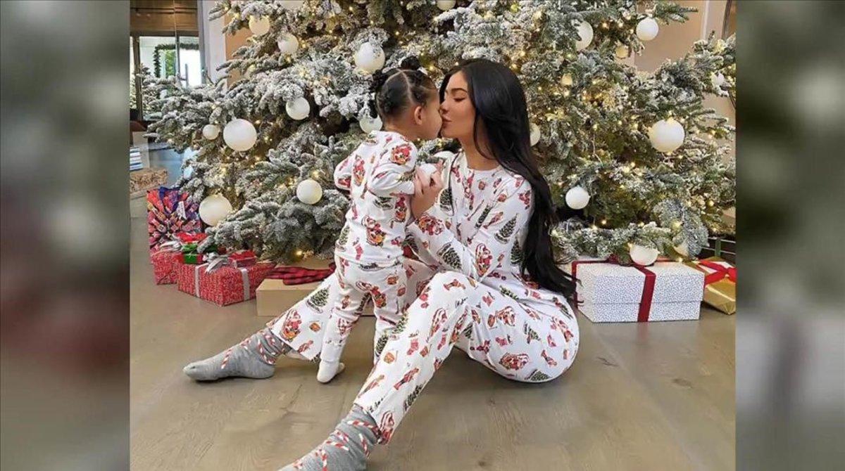 Kylie Jenner posa en su casa junto a su hija Stormi y el árbol de Navidad.