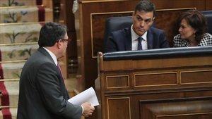 Aitor Esteban pasa junto a Pedro Sánchez, en la sesión de este miércoles en el Congreso.
