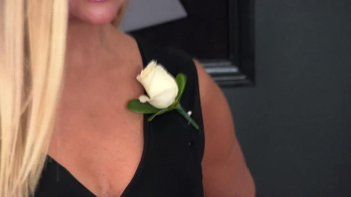 Las estrellas lucieronrosas blancas en apoyo al movimiento #MeToo, de rechazo al acoso sexual.