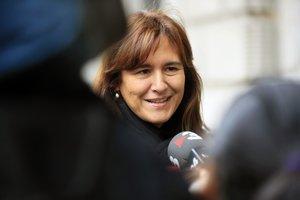 Laura Borràs atiende a los medios a las puertas del Congreso.